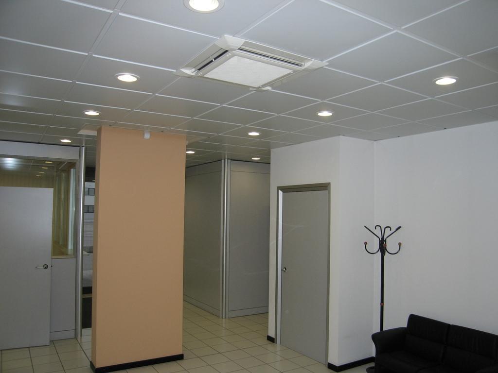 Ventilconvettori a soffito e panello radiante a pavimento ingresso